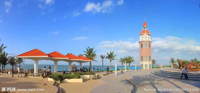 假日海滩位于海口市西部的滨海大道旁,长达6公里,左沿是葱翠的林麻黄林带,其间错落着度假村、宾馆、游乐场等;右沿是碧波万顷的琼州海峡,海面船只穿梭,犁银溅玉。假日海滩阳光、海水、沙滩、椰树相映成趣,构成一幅美丽动人的自然画面。整个海滩共分为滩日浴区、海上运动区、海洋餐饮文化区和休闲度假区,是海口市最具代表性的海滨旅游休闲胜地。
